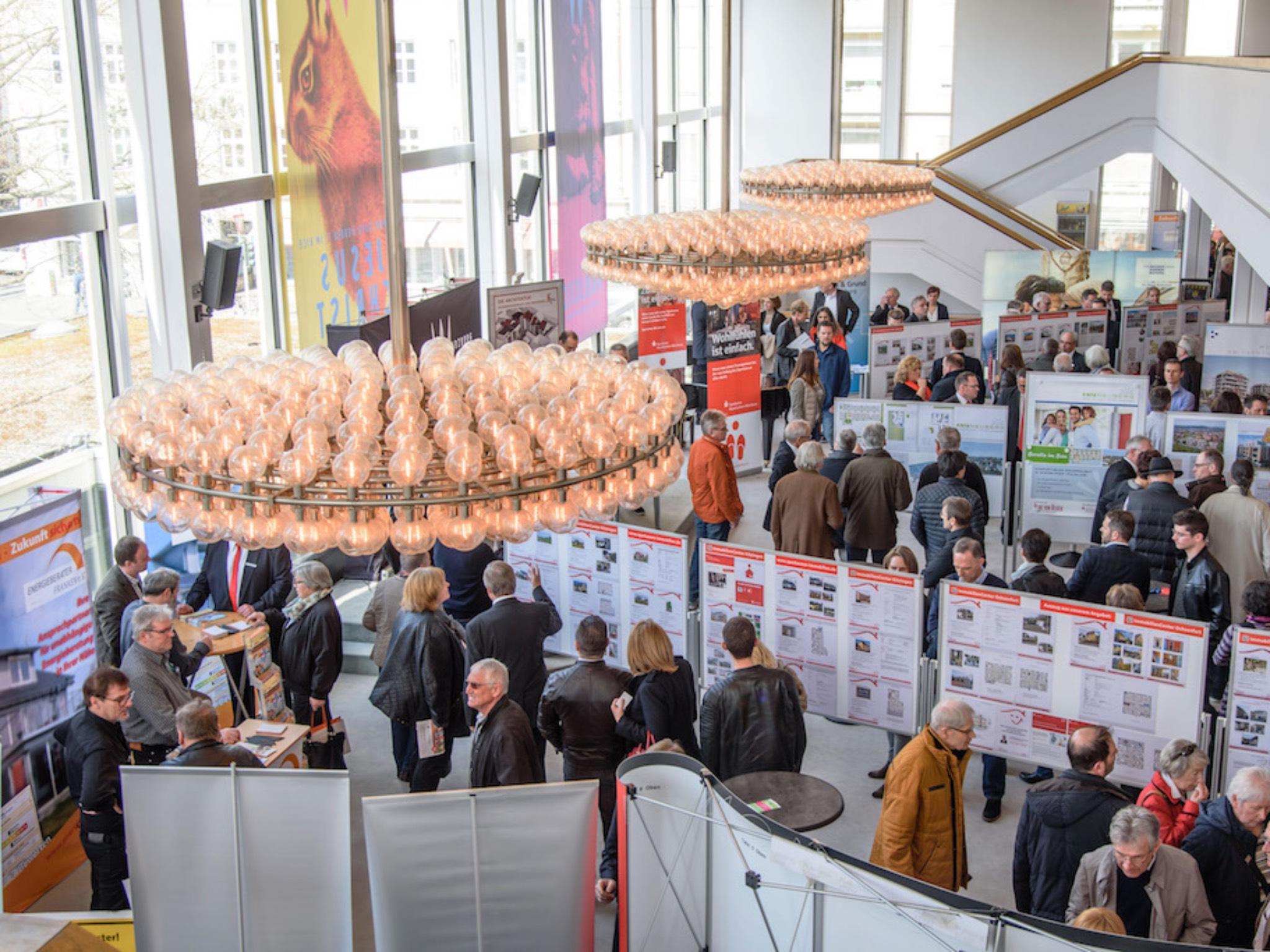 Besucher des Immobilien-Marktplatzes im Mainfranken Theater. Foto: Sparkasse Mainfranken Würzburg