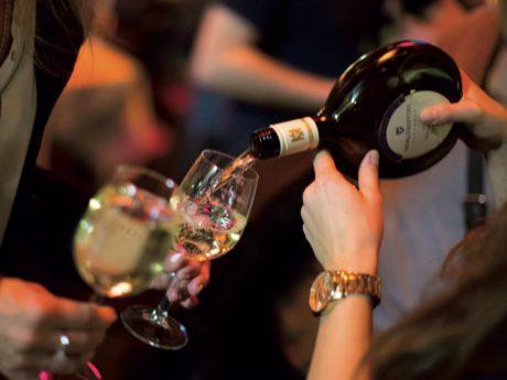 Weingenuss beim Kelterhallenweinfest. Foto: Bürgerspital