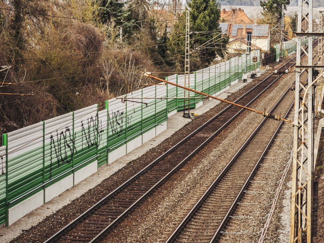 Beschmierte Lärmschutzwände neben den Bahngleisen. Foto: Pascal Höfig