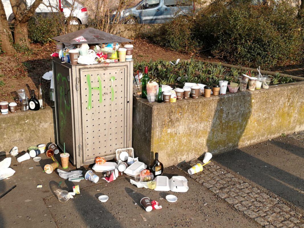 Traurige Realität: Überquellende Mülleimer und Einwegbecher so weit man schauen kann. Foto: Inka