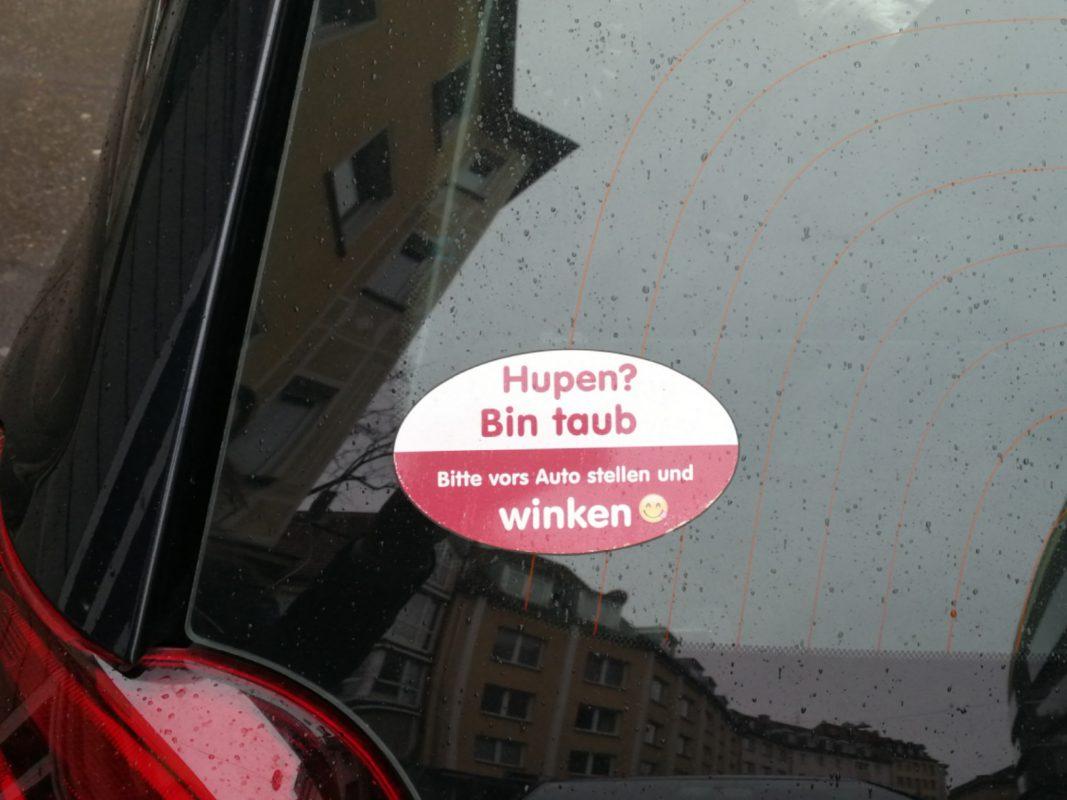 Hupen? Bin taub. Bitte vors Auto stellen und winken. Foto: Inka