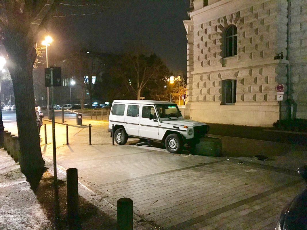 Der Mercedes kam an einem Betonpfosten zum stehen. Foto: Robert Mayer