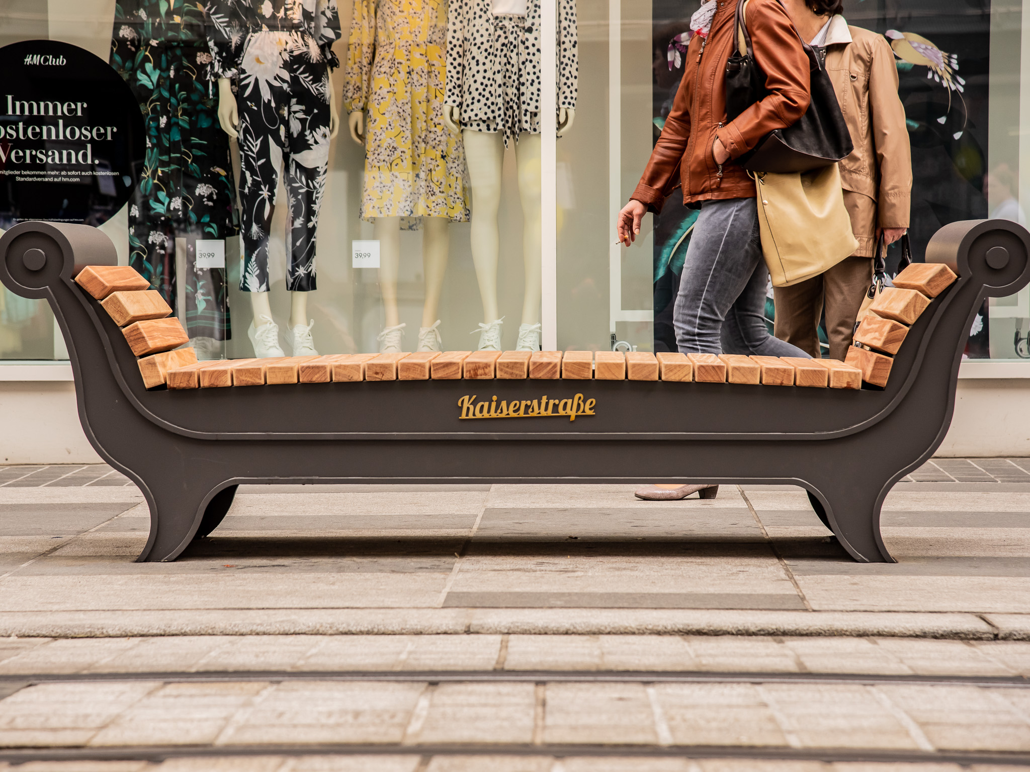 Neue Sitzmöbel in der Kaiserstraße. Foto: Pascal Höfig