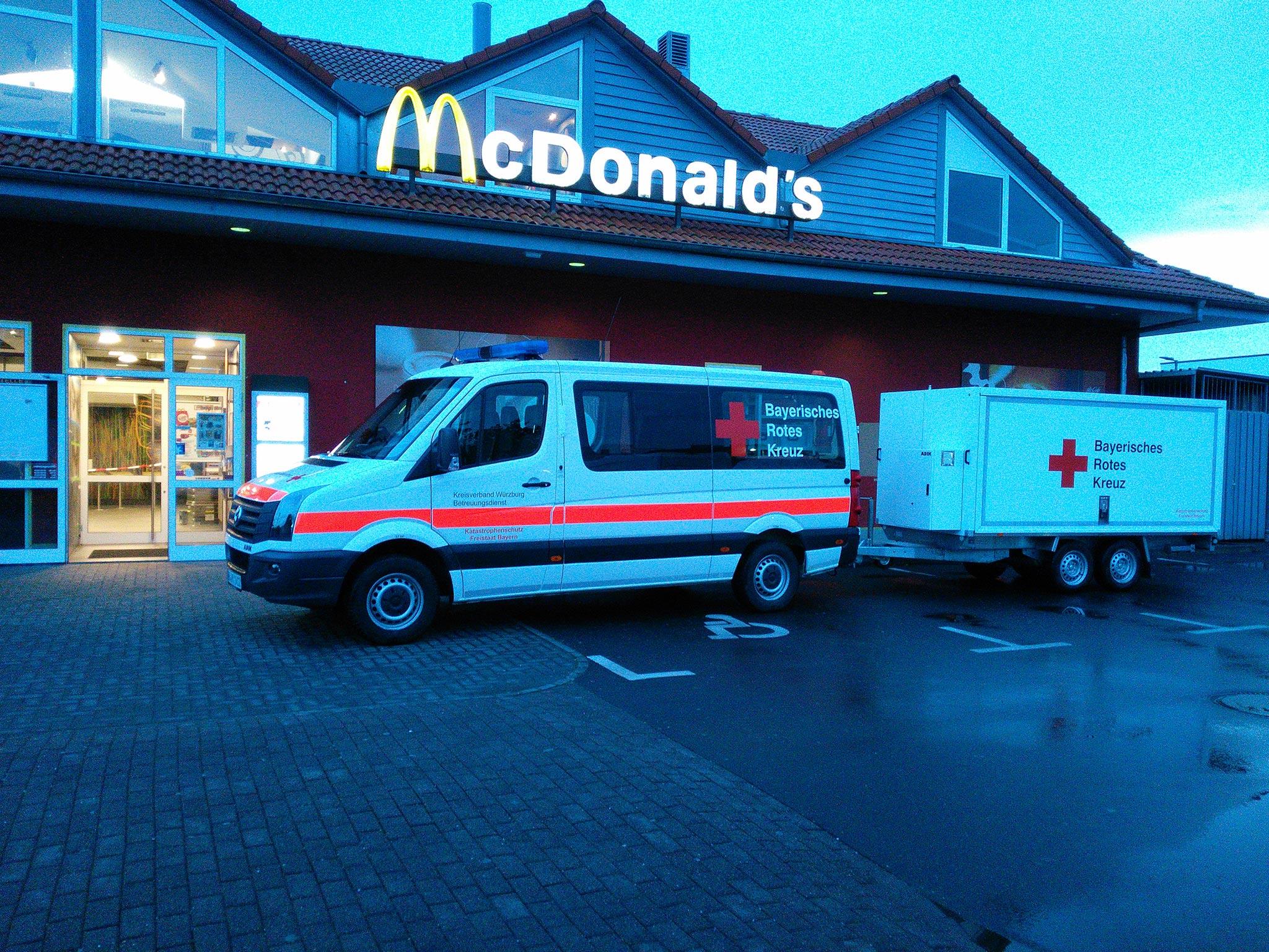 Das BRK hat zunächst in der gegenüberliegenden ARAL Tankstelle, später bei McDonalds eine Betreuungsstelle eingerichtet. Foto: BRK