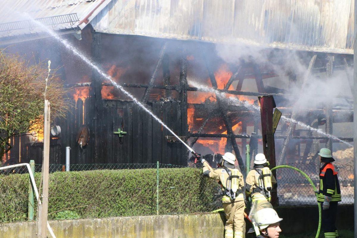 Die Feuerwehr bei den Löscharbeiten in Euerfeld. Foto: Matthias Demel