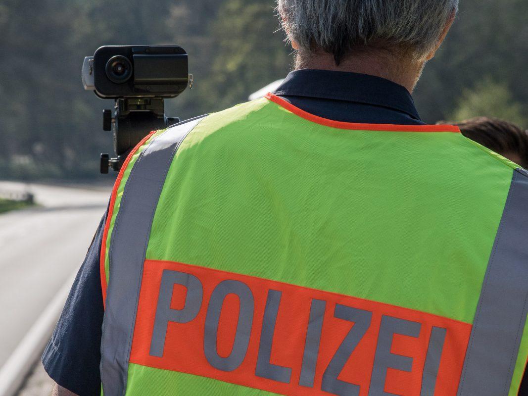 Polizeibeamter bei einer Geschwindigkeitskontrolle. Foto: Pascal Höfig