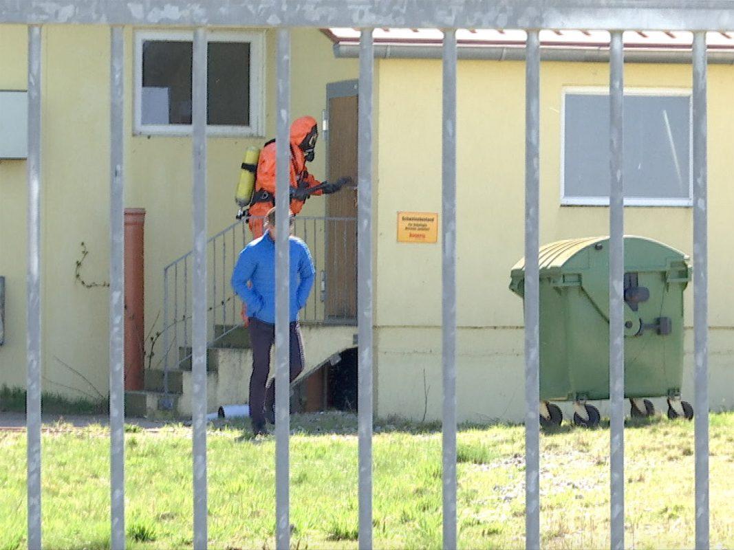 Ein Feuerwehrmann mit Schutzanzug vor Ort. Foto: Sat.1 Bayern