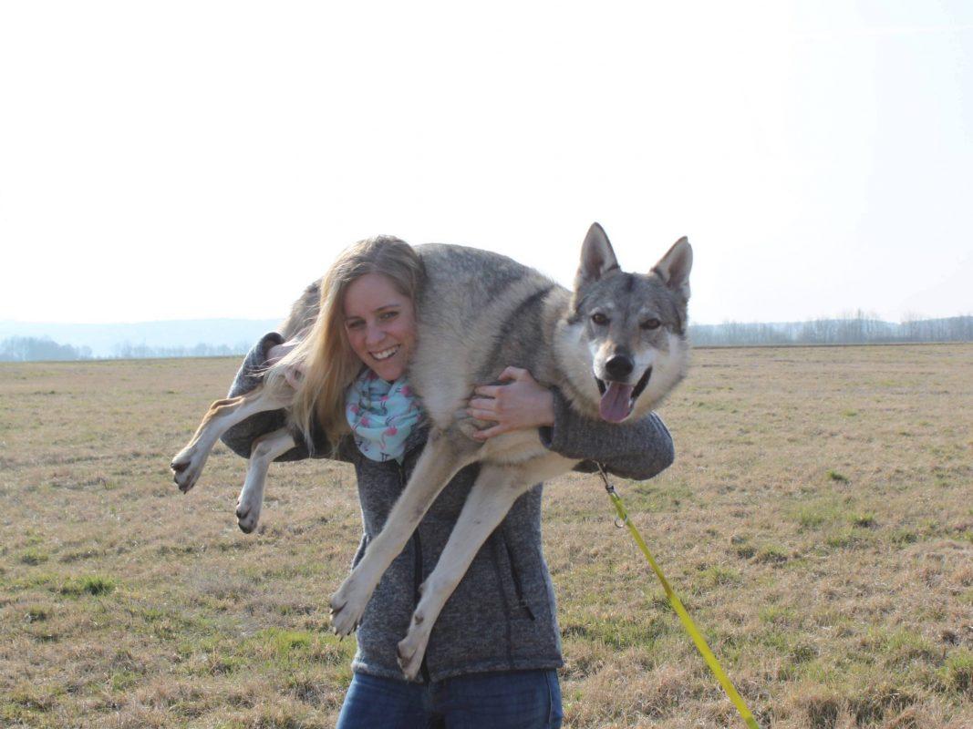 Laura mit einem ihrer Wolfhunde. Foto: Laura Dürrlauf