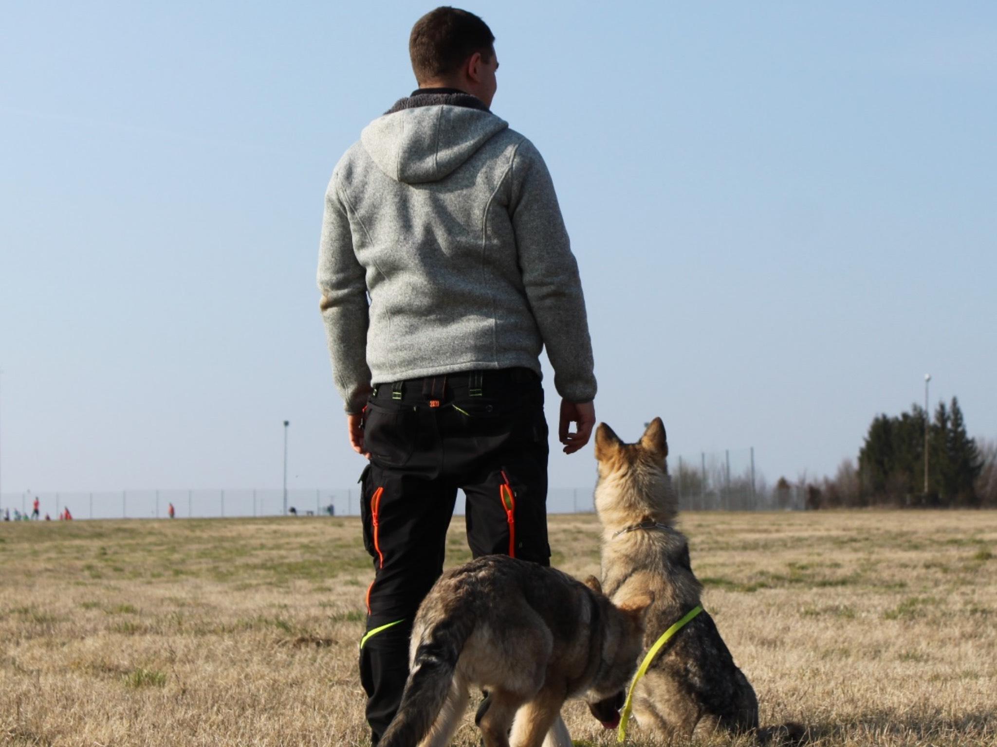 Julian mit seinen zwei Wolfhunden. Foto: Laura Dürrlauf
