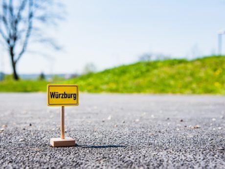 Nimmt Würzburg mit auf Reisen: Das Wü-Schild. Foto: Pascal Höfig