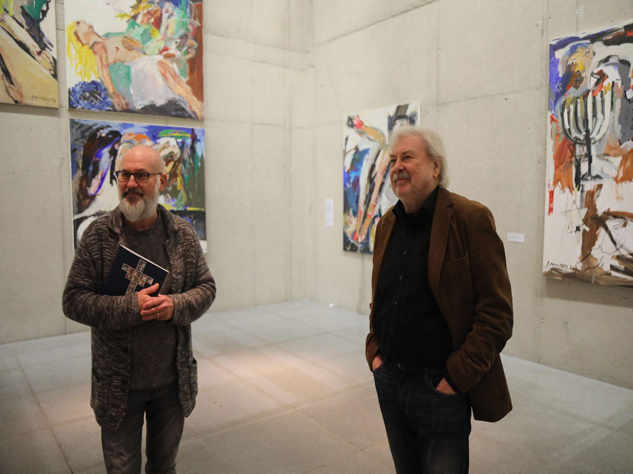 Michael Koller und Cäsar. W Radetzky erläutern die Werke der Ausstellung. Foto: Markus Hauck