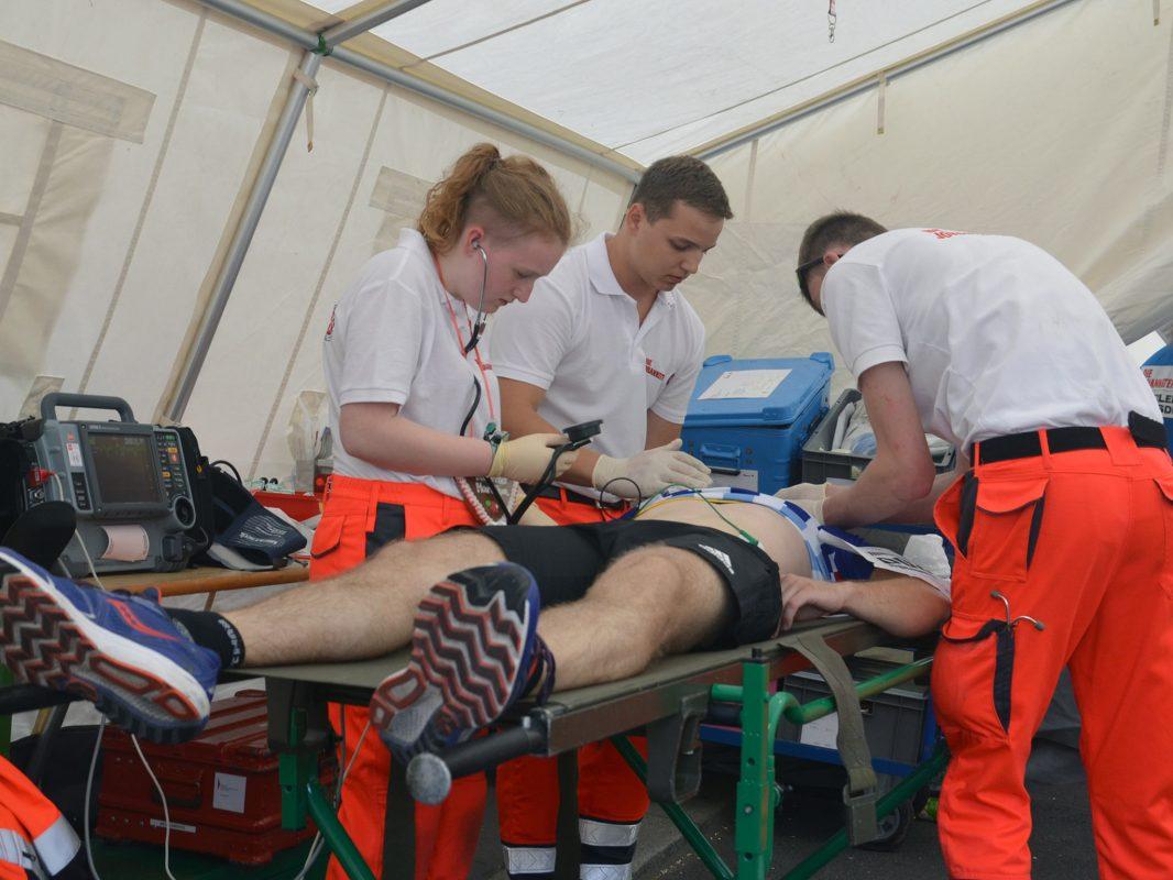 Über 60 Rettungskräfte versorgten während und nach dem Marathon insgesamt 35 Läufer mit unterschiedlichen Erschöpfungszuständen und Verletzungen. (Foto: Christoph Fleschutz / Johanniter)