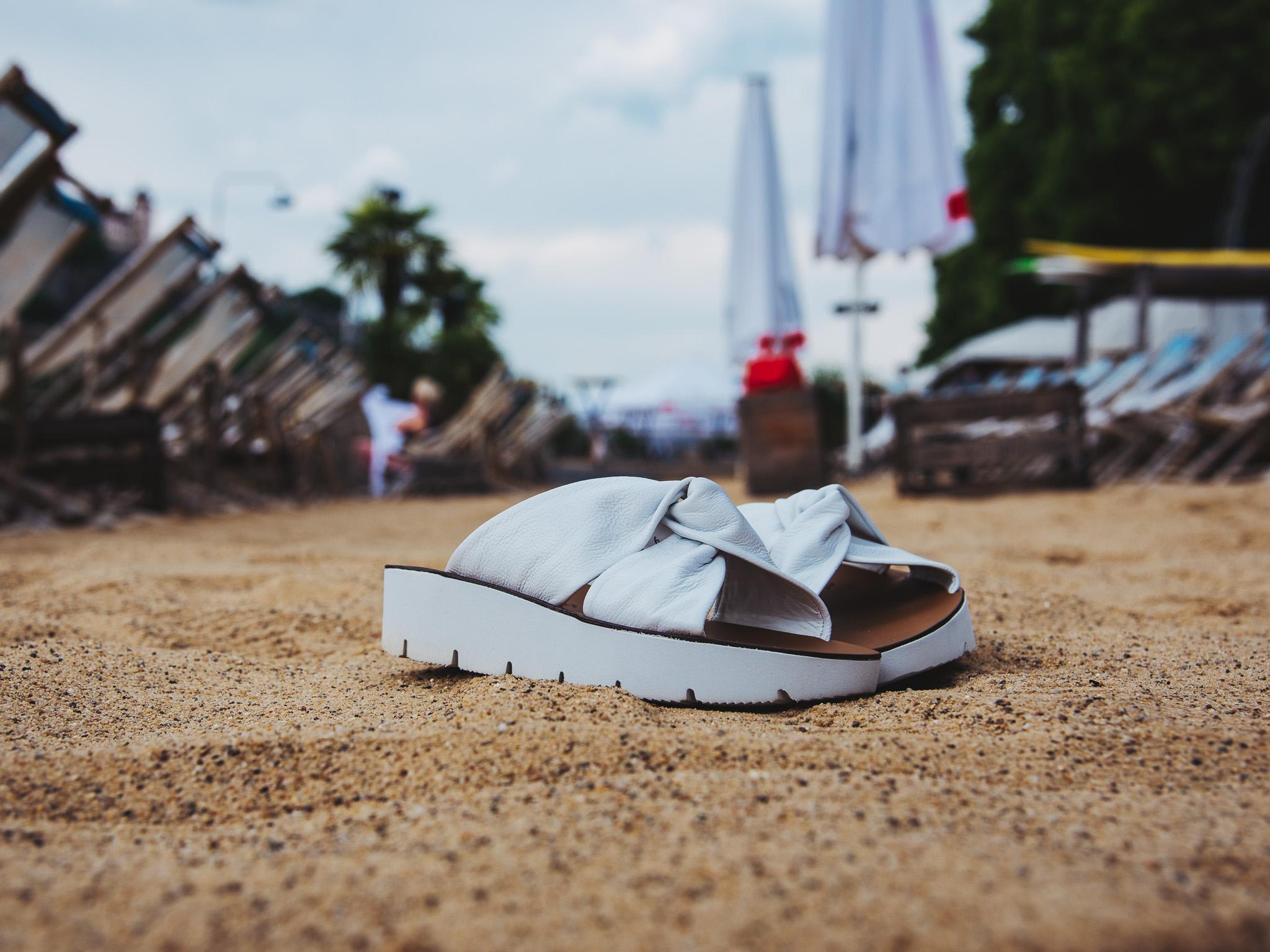 Die perfekten Schuhe für die White Party am Stadtstrand. Foto: Pascal Höfig
