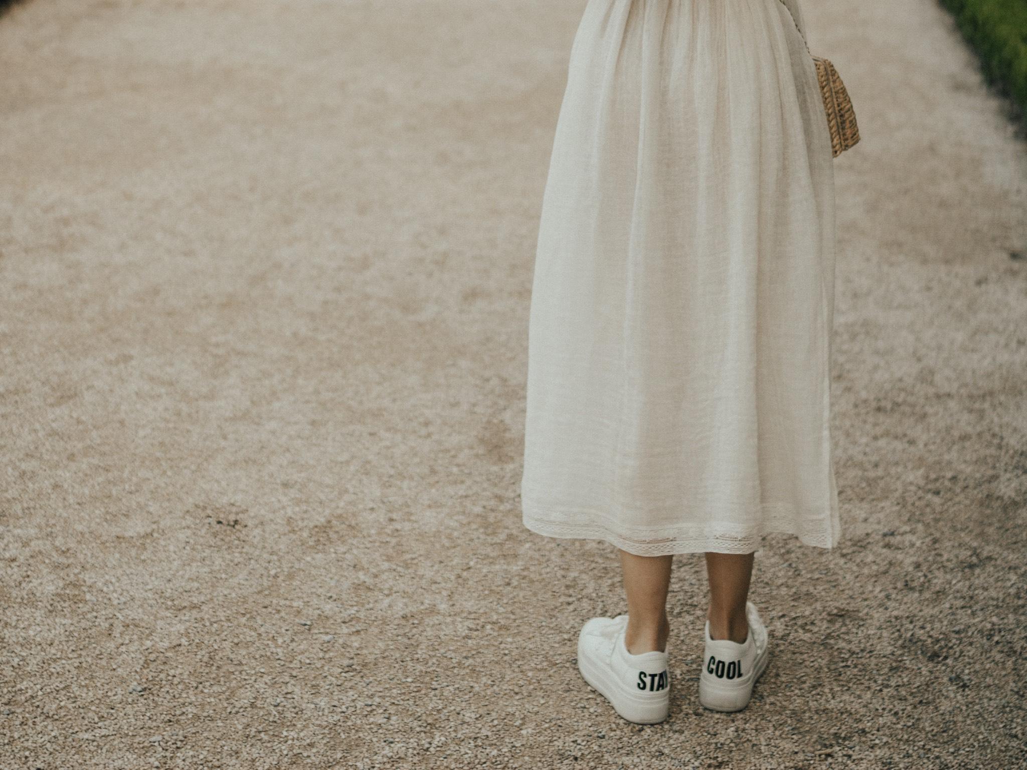 Stay cool! Sneaker zum Kleid sorgen für den nötigen Kontrast. Foto: Laura