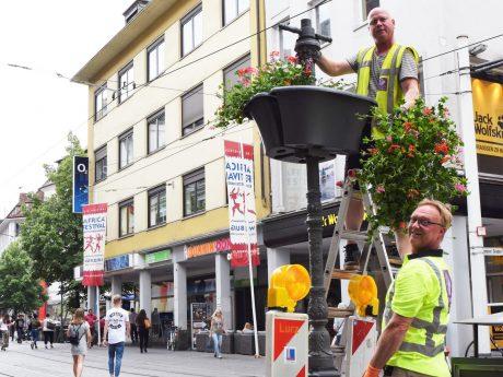 68 Blumen-Baskets verschönern die Innenstadt. Foto: Würzburg macht Spaß