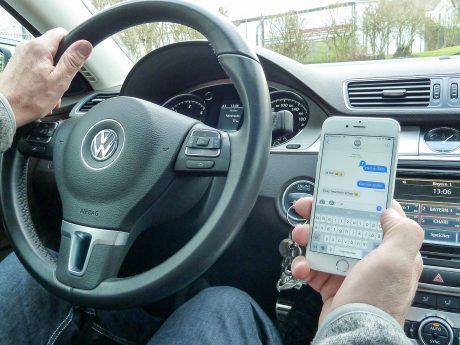 Ablenkung ist eine zunehmende und oft unterschätzte Gefahr im Straßenverkehr. Foto: Polizei Unterfranken