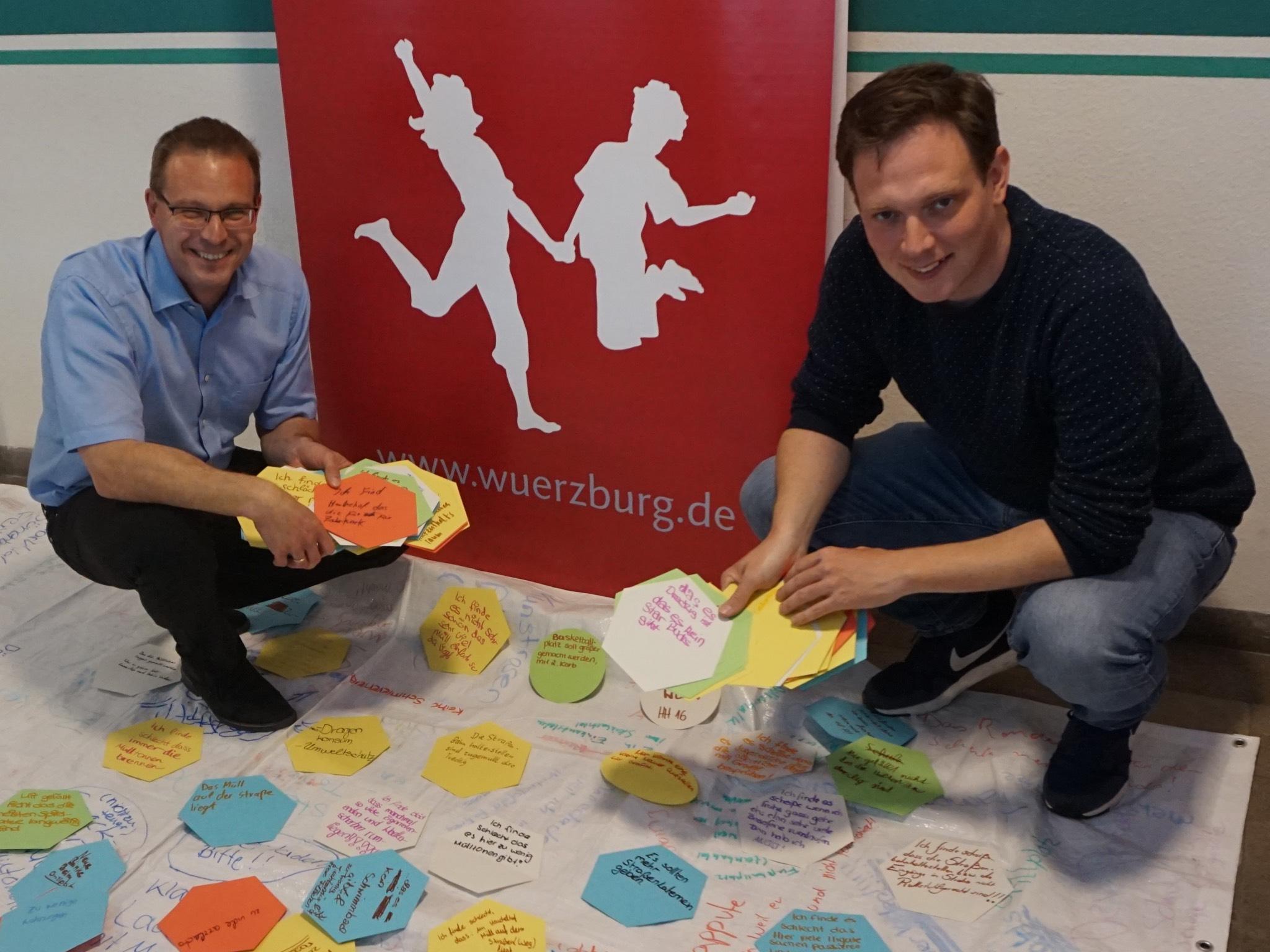 Andreas Kaiser und Felix Hofmann bei der Auswertung der Meinungen. Foto: Stadt Würzburg