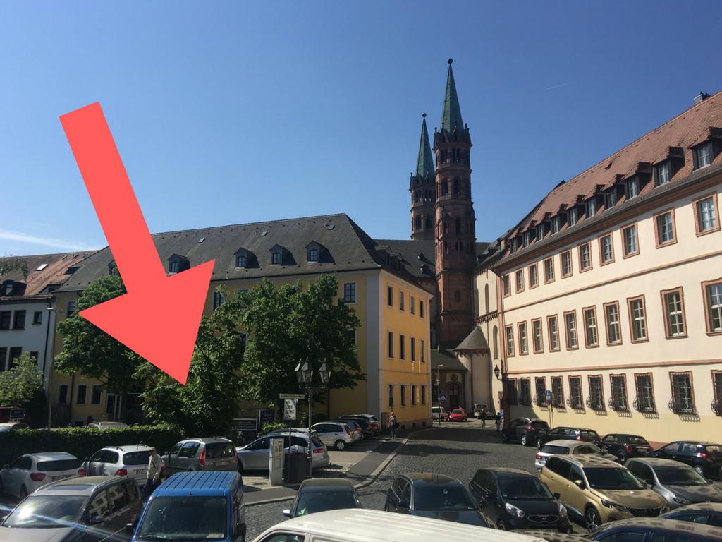 Die Kundenparkplätze der Firma Schwarzweller Wohnen & Schlafen – direkt hinter dem Dom. Foto: Pascal Höfig