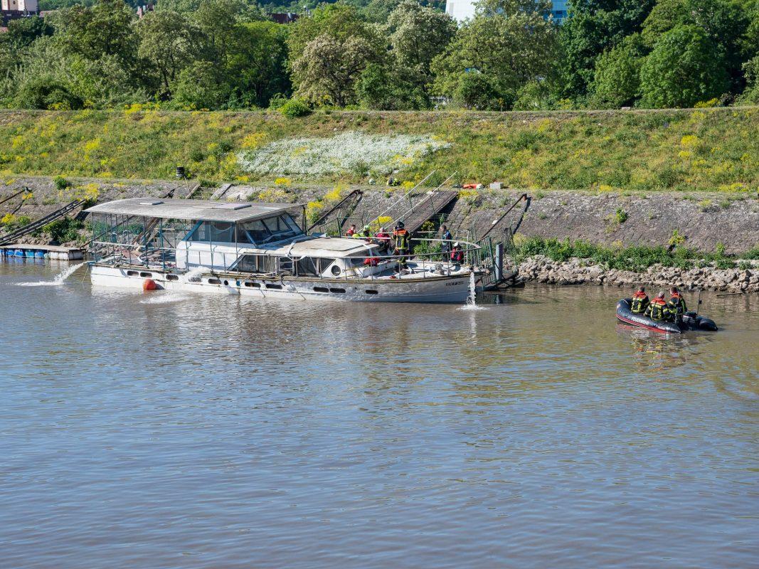 Von der Feuerwehr wurden mehrere Tauchpumpen eingesetzt, die das Schiff wieder in eine stabile Lage gebracht haben. Foto: Pascal Höfig