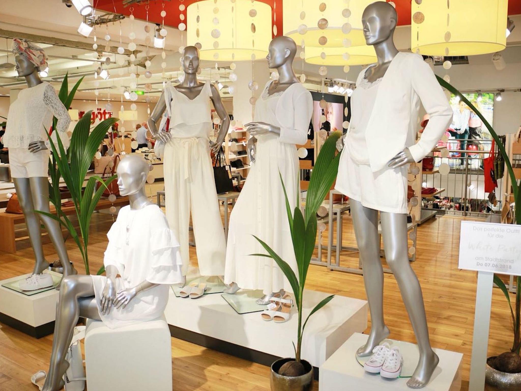 Große Auswahl an weißen Outfits im Modehaus Gebrüder Götz. Foto: Modehaus Gebrüder Götz
