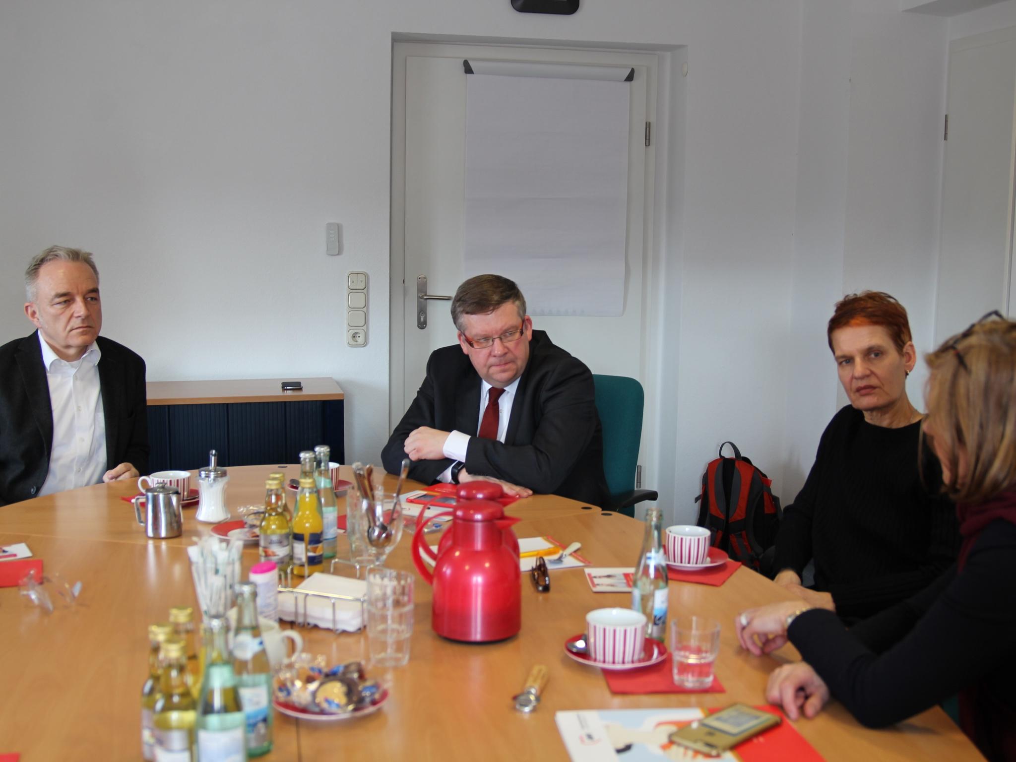 Unterstützung für Frauenhäuser! - Leiterin Britta Richl und AWO Bezirksgeschäftsführer Martin Ulses mit MdL Volkmar Halbleib und Simone Strohmayr. Foto: Traudl Baumeister