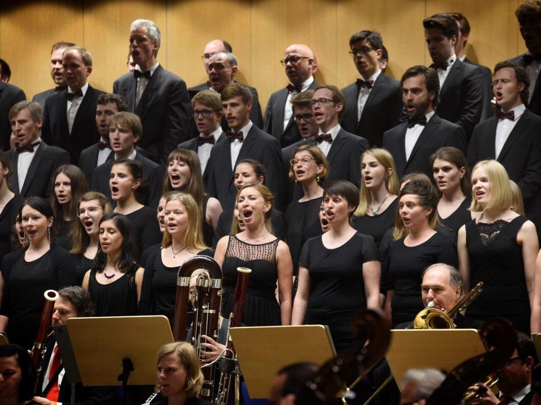Der Monteverdichor nimmt die Zuhörer mit auf eine Reise in die ewigen Weiten des Weltalls und der Antarktis. Foto: Bernd Günther