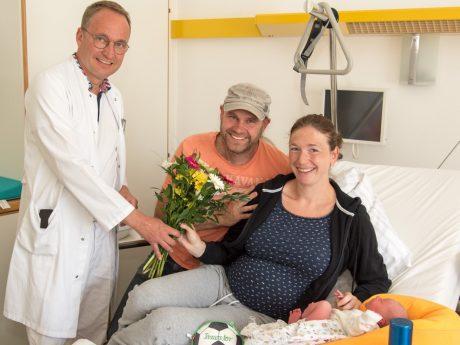 Dr. Hanns-Jörg Grimminger (Chefarzt Gynäkologie & Geburtshilfe) gratuliert Familie Haas. Foto: Inline Internet & Werbeagentur