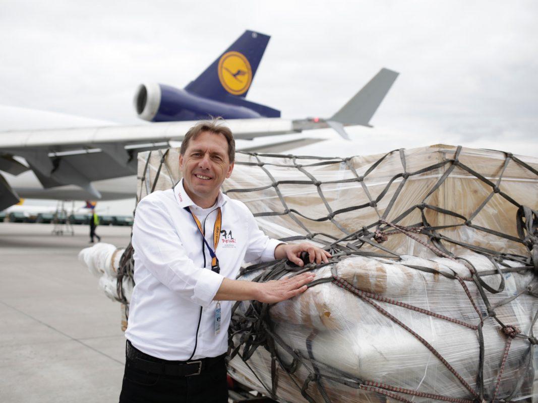 Burkhard Kömm, Geschäftsführer der DAHW, präsentiert das soeben gelandete 7:1-WM-Tor auf dem Rollfeld des Frankfurter Flughafens. Foto: DAHW I 7:1 – DEINS!