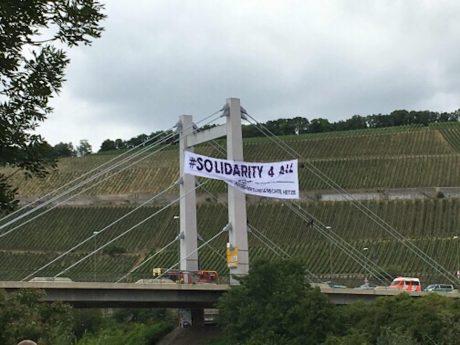 Aktion gegen populistische Hetze – Aktivistinnen hängen an der Brücke. Foto: Stefanie Köcher