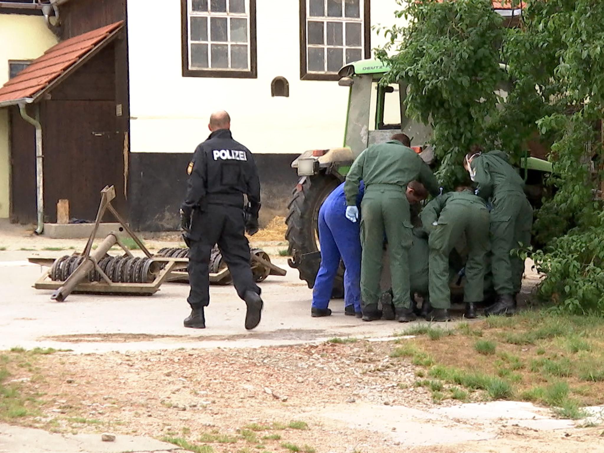 Beamte auf der Suche nach Beweismitteln auf dem Hof des Beschuldigten. Foto: Sat.1 Bayern