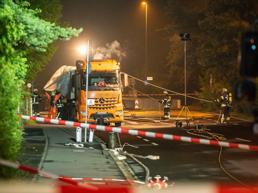 Aufgrund der regnerischen Witterung setzten die Feuerwehrkräfte eine Plane ein, um eine weitere Reaktion zu unterbinden. Foto: Pascal Höfig