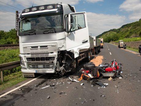 Offenbar hatte der Mann beim Überholen einen entgegenkommenden Lkw übersehen. Foto: Pascal Höfig
