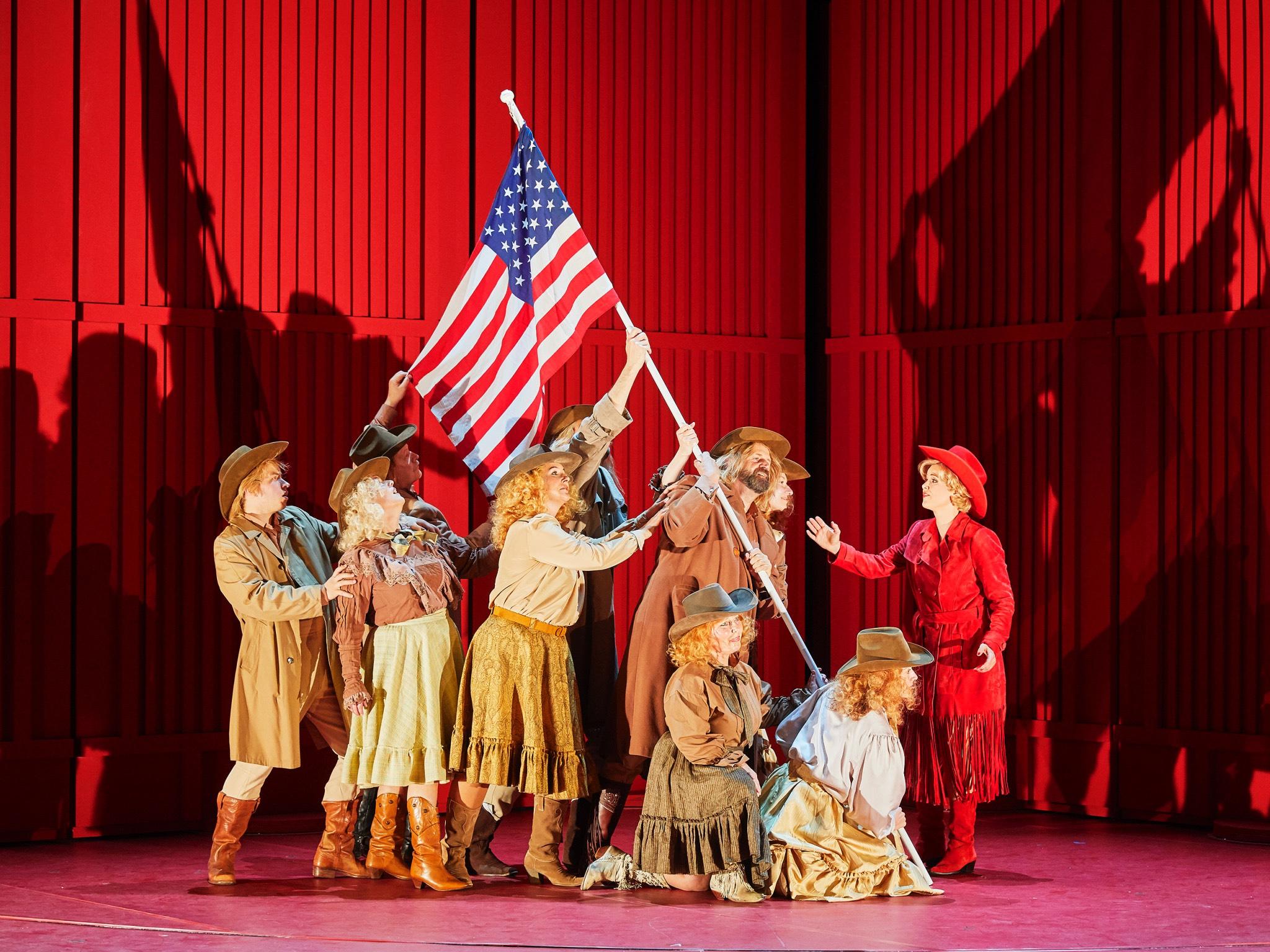 Sänger, Tänzer und große Chorszenen. Foto: Mainfranken Theater / Nik Schölzel