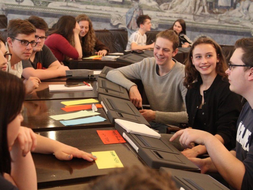 Das Gremium des WÜST tagt regelmäßig im Ratssaal. Foto: Michael Brönner / Schülerladen Würzburg