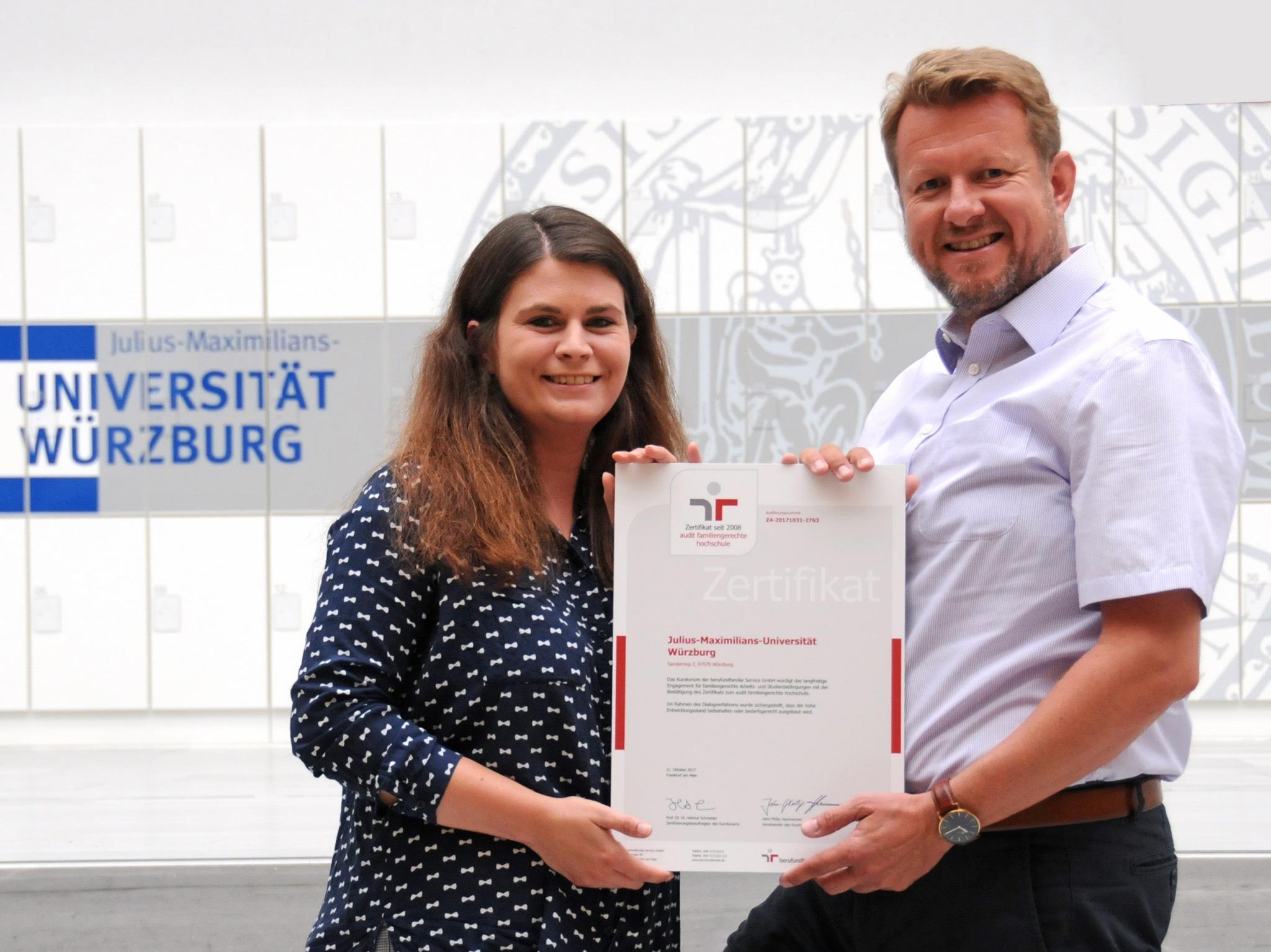 """Klaus Baumann und Marion Bischoff mit dem Zertifikat """"Familiengerechte Hochschule"""". Foto: Robert Emmerich"""