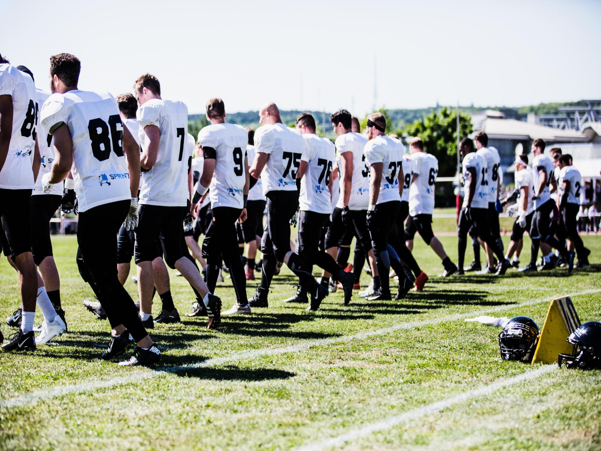 """Die American-Football-Mannschaft """"Würzburg Panthers"""" auf dem Platz. Foto: Kristina Funke"""