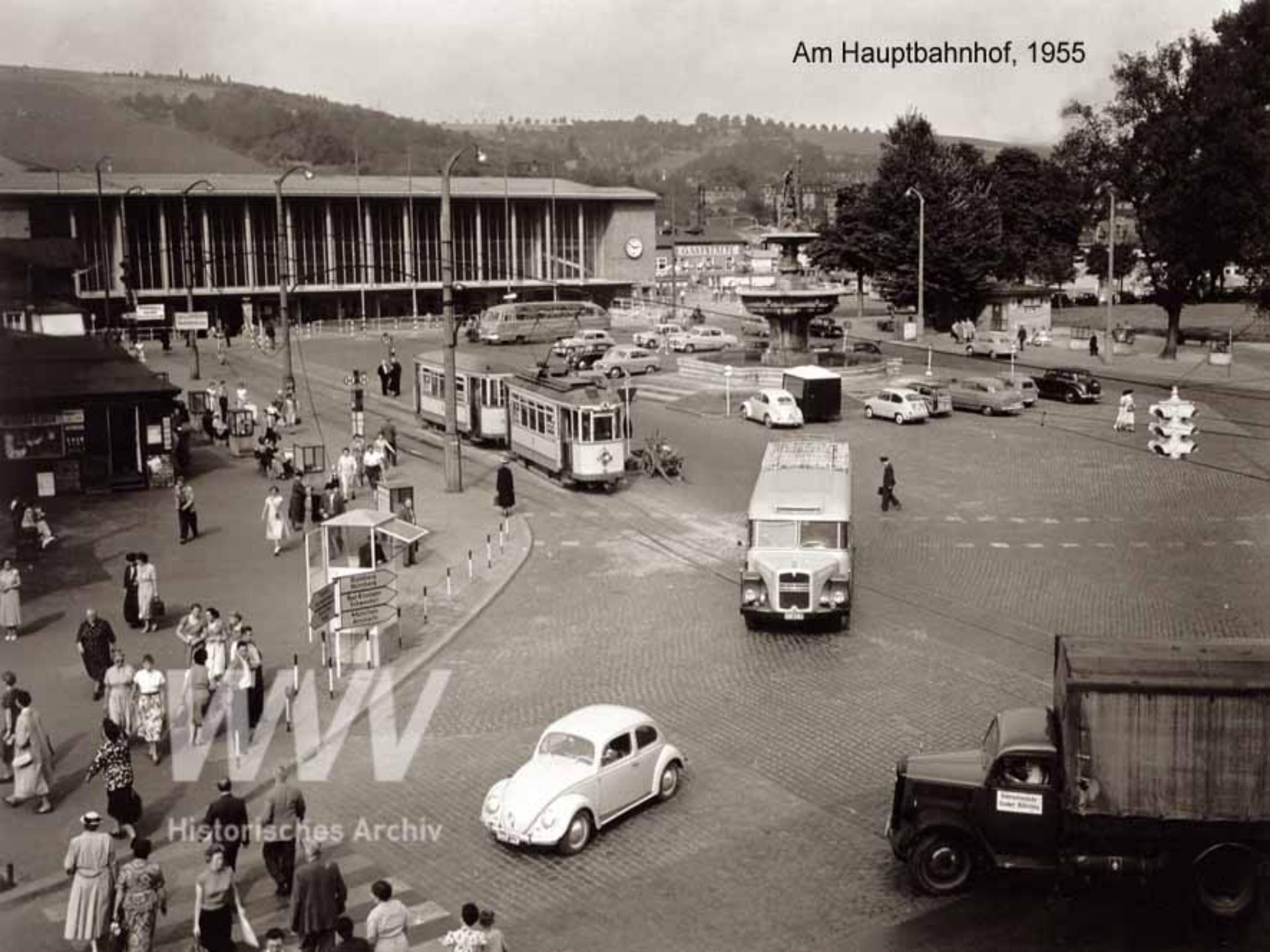 Reges Treiben auf dem Bahnhofsvorplatz im Jahr 1955. Quelle: Historisches Archiv der WVV