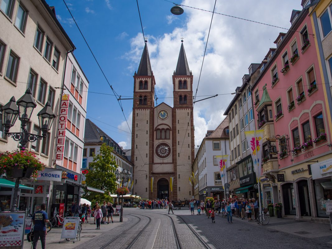 Der Würzburger Dom mit Domstraße. Foto: Pascal Höfig