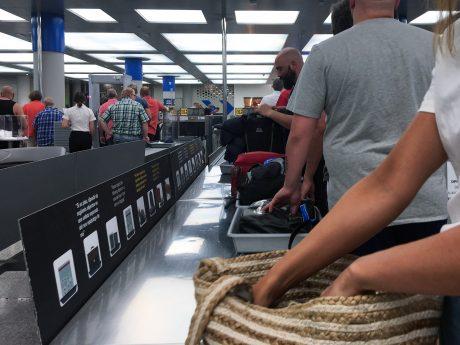 Sicherheitskontrolle am Flughafen. Symbolfoto: Pascal Höfig