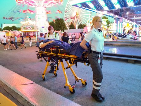Eine Patientin wird auf der Trage zur Sanitätsstation gebracht. Foto: Stefan Krüger, BRK Würzburg