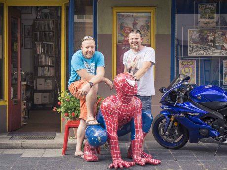 Gerd Eibach und Bernhard Sterner vor ihrem Laden Hermkes Romanboutique. Foto: Dominik Ziegler