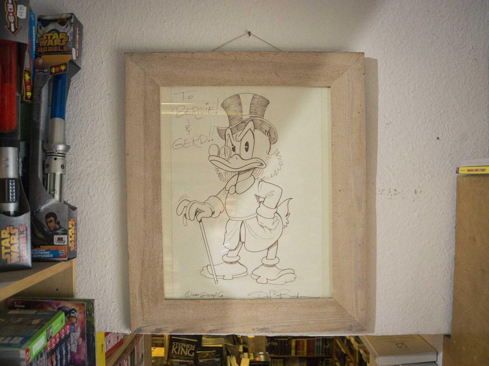 Eine Zeichnung von Donald Duck in Hermkes Romanboutique. Foto: Dominik Ziegler