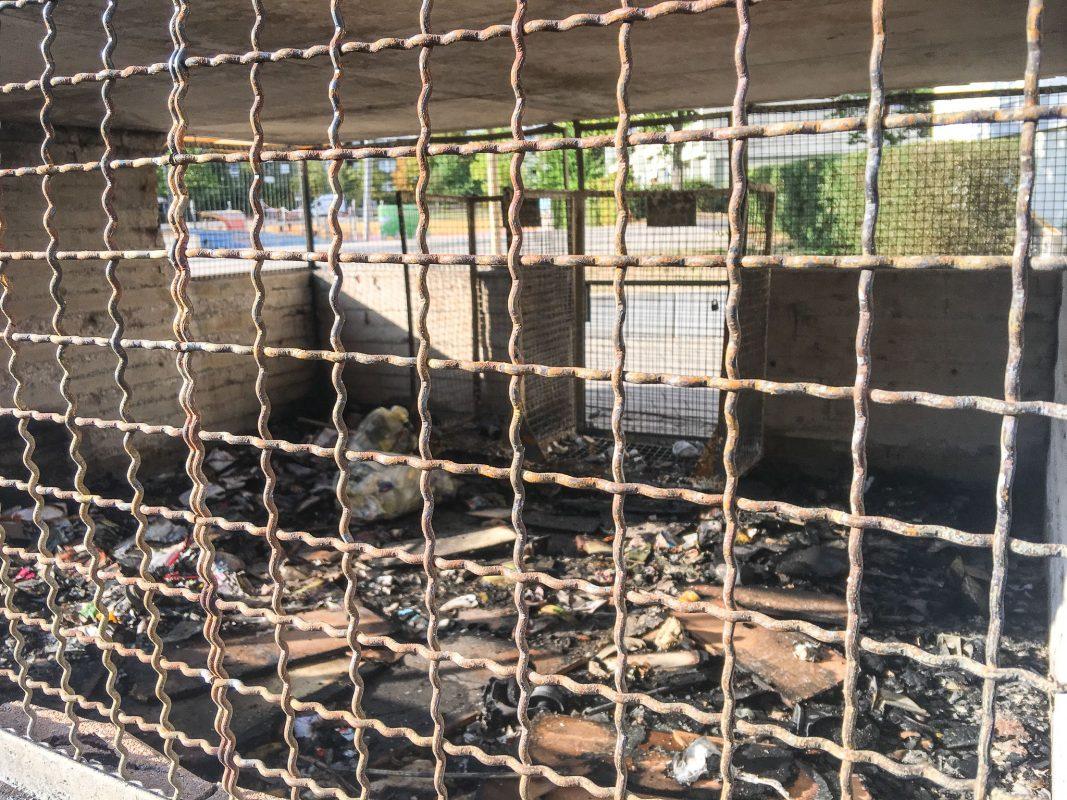 Neben den Mülltonnen wurde ein Verteilerkasten der dt. Telekom zerstört. Der Schaden wird auf ca. 7.000 Euro geschätzt. Foto: Pascal Höfig