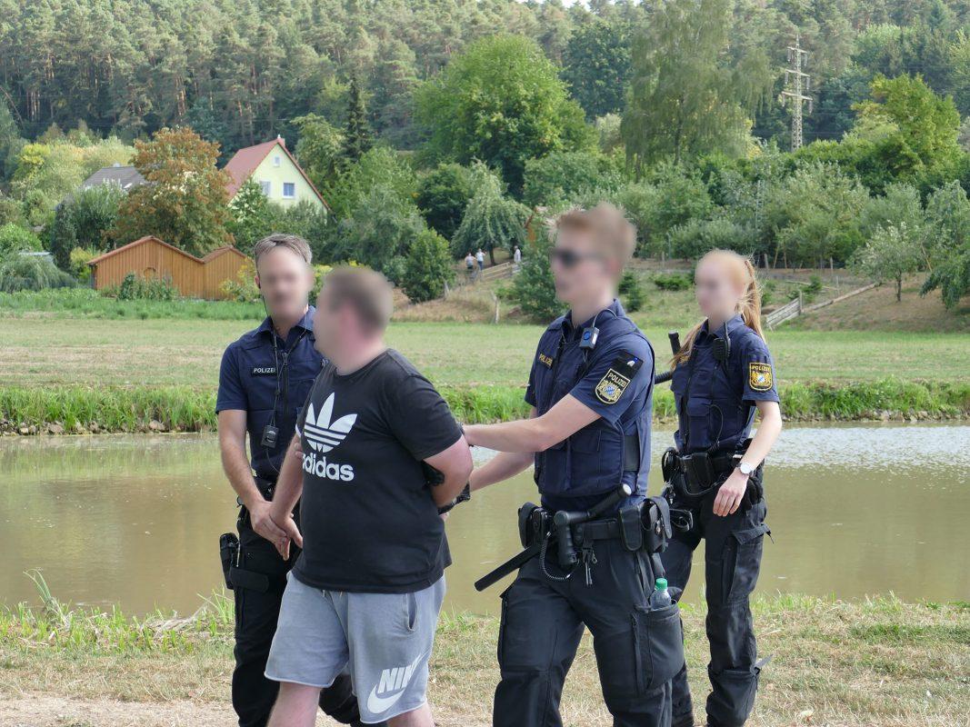 Einer der Demonstranten wird abgeführt. Foto: NEWS5