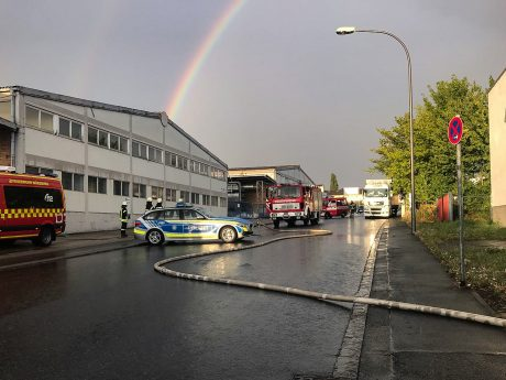 Ein Sprinter auf einem Firmengelände in der Gattingerstraße brannte lichterloh. Foto: Feuerwehr Gerbrunn