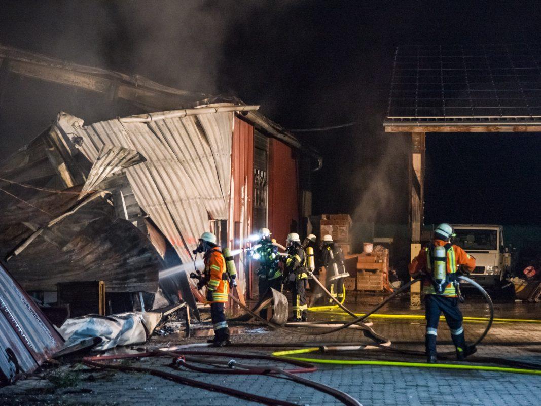 Trotz des schnellen Eintreffens der regionalen Feuerwehren brannten die Halle sowie die sechs in bzw. vor der Halle befindliche Fahrzeuge vollständig aus. Foto: Pascal Höfig
