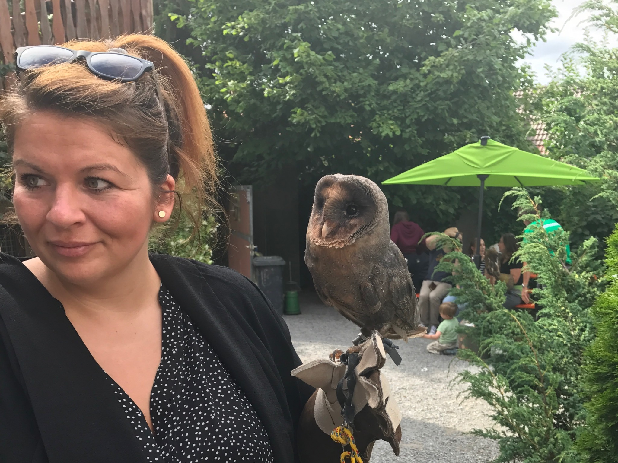 """Denise Weber mit dem """"Wappentier"""" ihrer Kneipe: einem Käuzchen! Foto: Denise Weber"""
