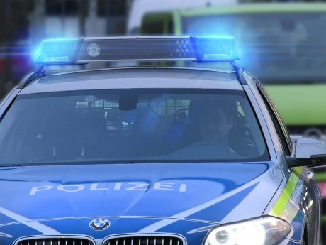 Ein Streifenwagen der Polizei auf Einsatzfahrt. Foto: Pascal Höfig