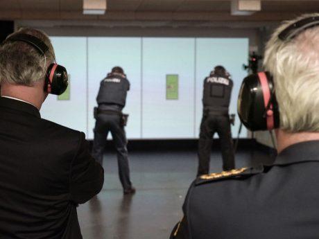 Innenminister Joachim Herrmann startet in der Bereitschaftspolizeiabteilung in Dachau die Auslieferung der neuen Dienstpistole SFP9-TR von Heckler & Koch. Die 160 neueingestellten Polizeianwärterinnen und Polizeianwärter des 66. Ausbildungsseminars sind die Ersten bei der Bayerischen Polizei, die mit der neuen Dienstpistole ausgestattet werden.