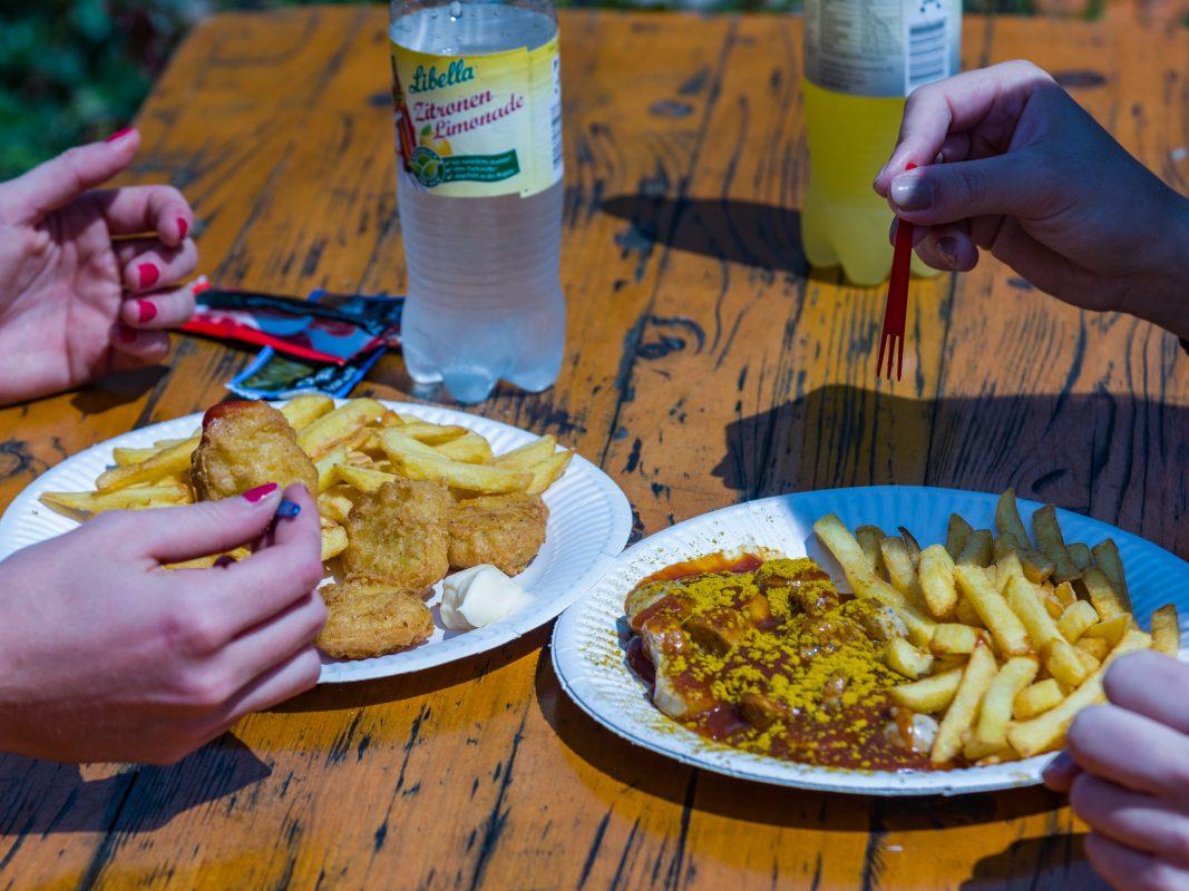 Pommes und Currywurst, ein Muss im Dallenbergbad. Foto: Pascal Höfig